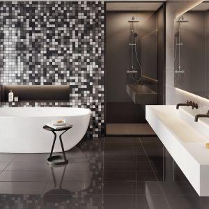 Efektownym tłem dla wytwornej wolnostojącej wanny będzie również mozaika - np. taka jak na zdjęciu, z kolekcji Cambia. Fot. Cerrad