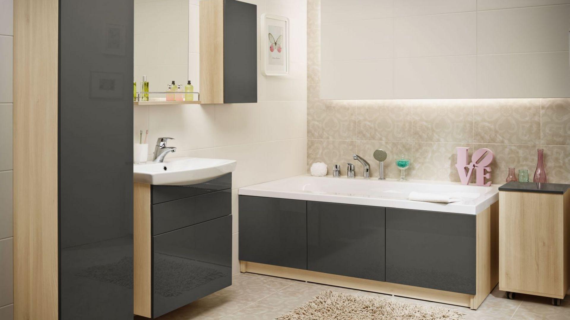 Propozycja do małej łazienki: wanna w zabudowie z kolekcji Smart marki Cersanit z ukrytymi schowkami na łazienkowe przedmioty. Fot. Cersanit
