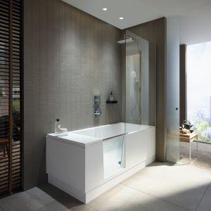 Propozycja do małej łazienki: wanna z drzwiczkami i parawanem Shower+Bath marki Duavit. Fot. Duravit