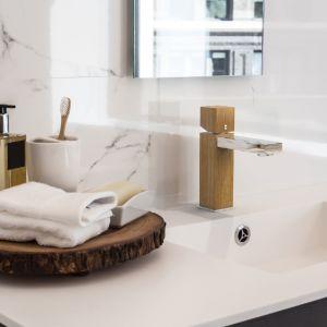 Pomysł na drewno w strefie umywalki: bateria umywalkowa marki Green Home Design w wykończeniu z naturalnej drewnianej okleiny. Fot. Green Home Design