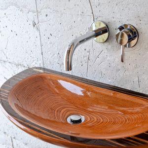 Pomysł na drewno w strefie umywalki: wykonana z drewna umywalka Gull marki Szkilnik Design. Fot. Szkilnik Design
