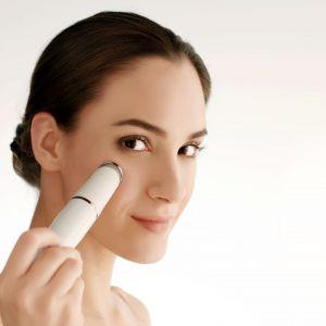 Urządzenie do pielęgnacji skóry FaceSpa Pro 3w1 marki Braun masuje, oczyszcza, złuszcza, depiluje oraz pomaga w nałożeniu kremu lub serum. Cena: 360 zł. Fot. Braun