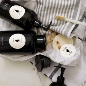 Kolekcja do kąpieli marki L'Objet to aromatyzowane naturalnymi olejkami sole, mydła i balsamy w trzech liniach zapachowych: Rose Noire, Bois Sauvage i Cote de Maquis. Dostępne na Archidzielo.pl. Fot. Archidzielo.pl