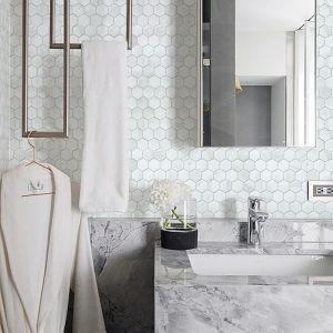 Ceramiczna mozaika imitująca biały marmur z oferty marki Rawdecor. Fot. Rawdecor