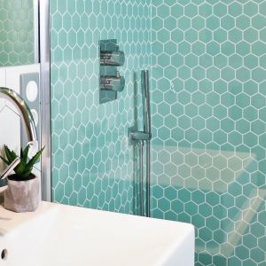 Heksagonalna mozaika ceramczna marki Raw Decor. Fot. Raw Decor