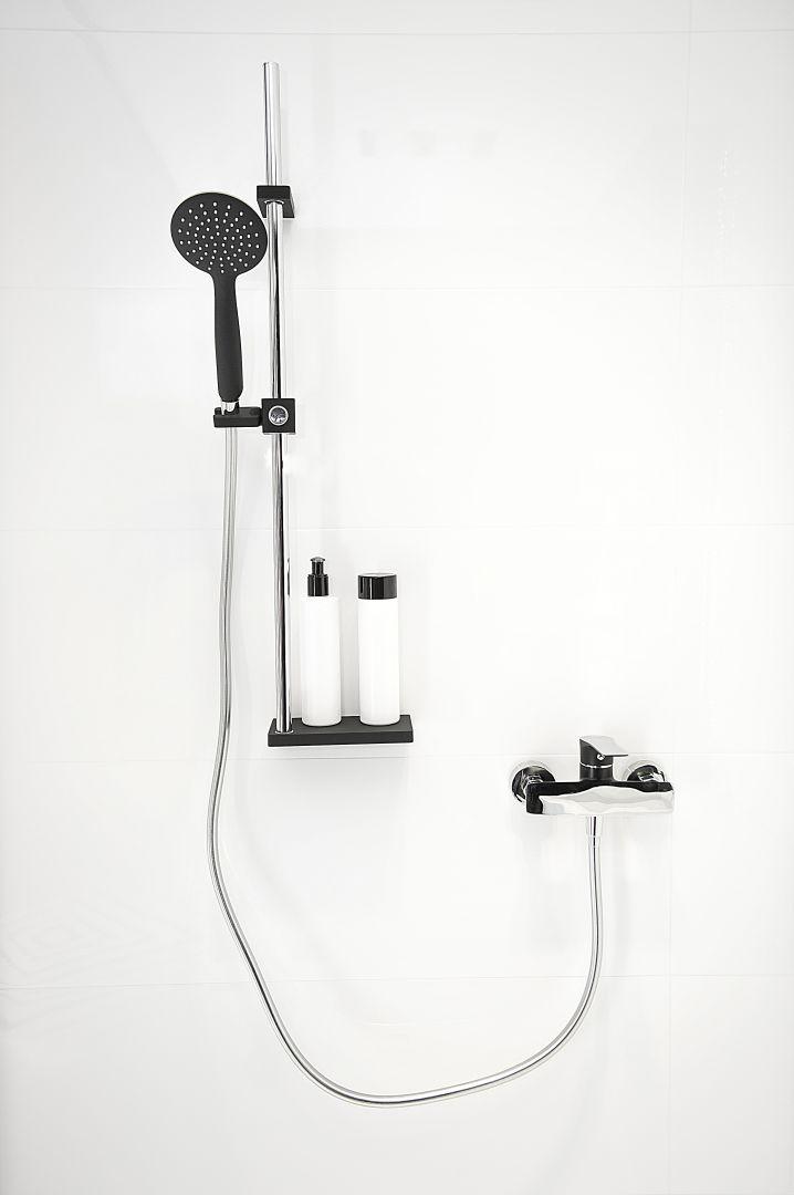 Zestaw prysznicowy breva marki Laveo z podręczną półką na kosmetyki. Fot. Laveo