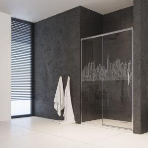 Kabina prysznicowa z grawerem laserowym na szkle z motywem Miasto 5700 marki Radaway. Fot. Radaway