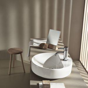 Okrągła umywalka stawiana na blat z serii VariForm marki Koło. Fot. Koło