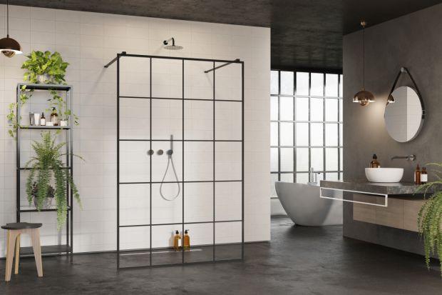 Czerń to bez wątpienia jeden z najmodniejszych kolorów roku 2019 w aranżacji wnętrz. W przestrzeni łazienek przyjmuje formę matowych detali, takich jak profile kabin prysznicowych.