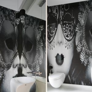 Ścianę w łazience zdobi fototapeta z motywem karnawałowej maski. Proj. Katarzyna Mikulska-Sękalska. Fot. Bartosz Jarosz