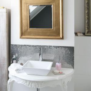Strefa umywalki z umywalką stawianą na blat. Proj. Magdalena Konochowicz. Fot. Bartosz Jarosz