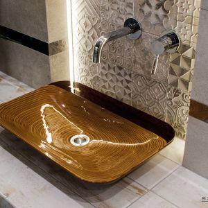Nablatowa umywalka Alga marki Szkilnik Design wykonana z drewna. Fot. Szkilnik Design