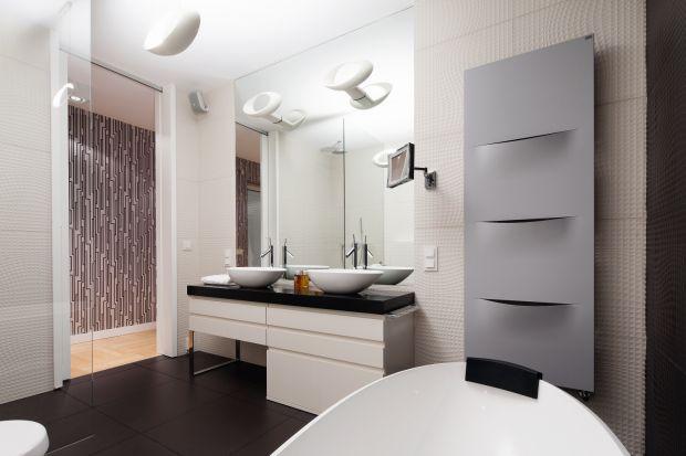Nowoczesny styl w urządzaniu łazienek jest bardzo na czasie. Zobaczcie trzy różne projekty z polskich domów.