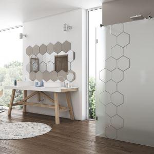 Modna kabina prysznicowa Antonio marki Glasimo z motywem heksagonów wygrawerowanych w szkle laserem. Fot. Glasimo