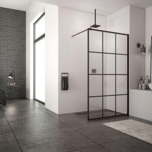 Modna kabina prysznicowa Loft 75 z czarnymi profilami i dekoracyjnymi szprosami marki SanSwiss. Fot. SanSwiss