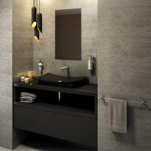 Aranżacja łazienki w ciemnych kolorach. Na zdj. bezdotykowa bateria umywalkowa Bora Sensor Power-Safe. Fot. Ferro