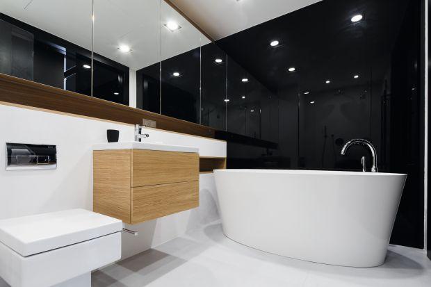 Urządzając łazienkę zwykliśmy sięgać po jasne kolory, które optycznie powiększają wnętrze. Tym czasem ciemna łazienka również może być bardzo urokliwa.