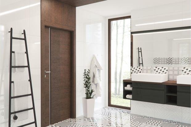 Łazienka to pomieszczenie, które często jest pozbawione dopływu dziennego światła. Dobrym sposobem na jego doświetlenie jest montaż drzwi z przeszkleniem.