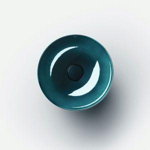 Kolorowa umywalka ze stali w wykończeniu połyskującym jak szkło w kolorze Deep Indigo marki Alape. Fot. Alape