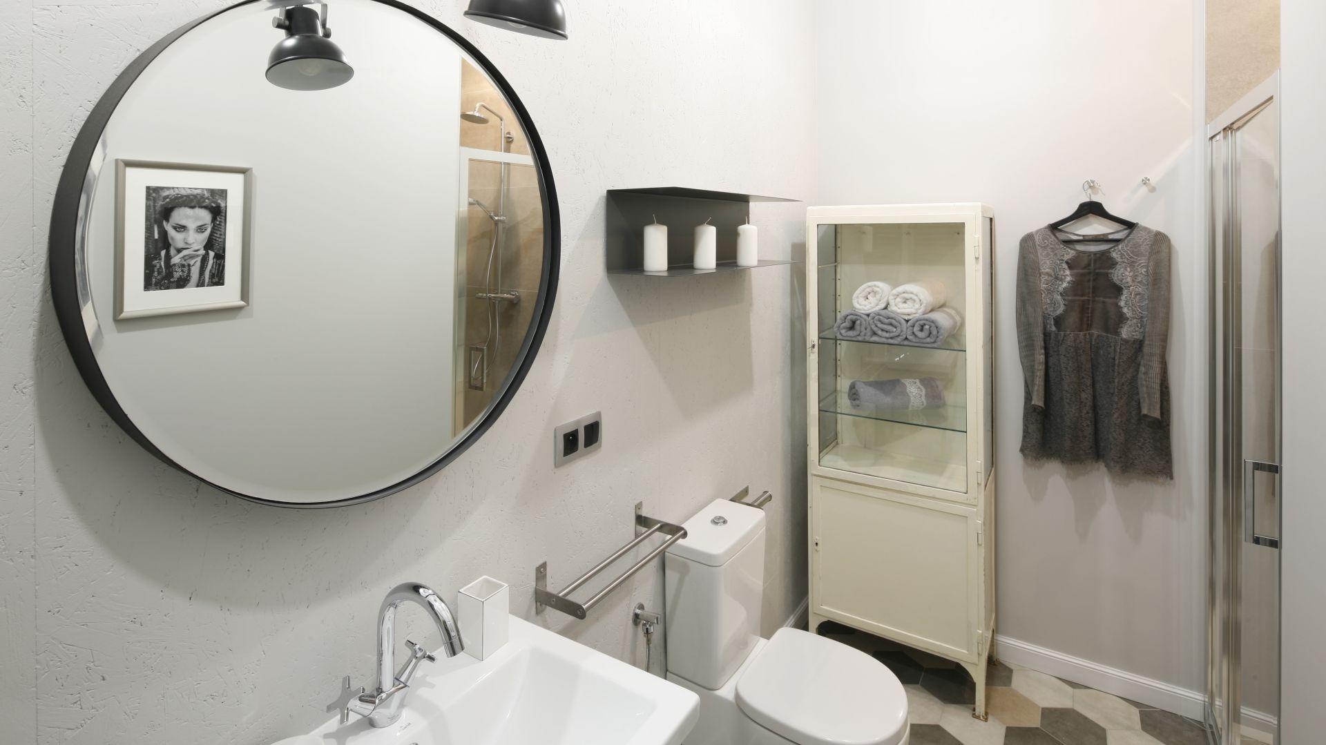 Pomysł na lustro w łazience. Proj. Katarzyna Moraczewska, Barbara Przasnyska. Fot. Bartosz Jarosz