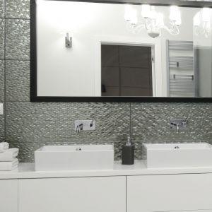 Pomysł na lustro w łazience. Proj. Ewelina Pik, Maria Biegańska. Fot. Bartosz Jarosz