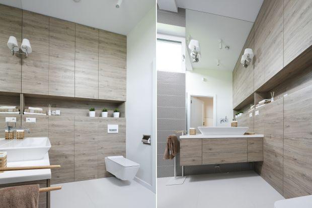 Zabudowa meblowa na wymiar to wciąż najchętniej wybierane rozwiązane do łazienek. Niewątpliwie ma ona wiele zalet. Zobaczcie jak prezentuje się w polskich łazienkach!