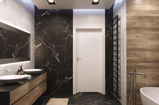 """Urządzając łazienkę nie zapominajmy o tak kluczowej kwestii jak drzwi. Ich kolor i wzornictwo mogą dużo zdziałać w aranżacji wnętrza. Pokazujemy 3 różne aranżacje łazienek, w których kropką nad """"i"""" są właśnie drzwi wewnętrzne"""