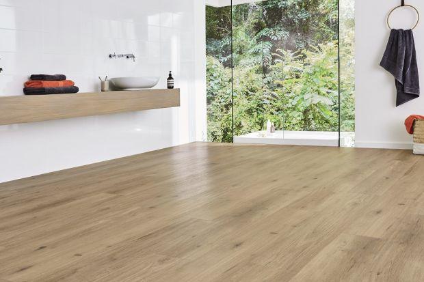 Jaki materiał na podłogę w łazience? Warto rozważyć zakup podłóg winylowych - dobrze imitują materiały, takie jak drewno czy kamień. Są przy tym trwałe i odporne.
