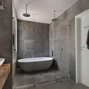 Aranżacja łazienki w szarych tonacjach cieszy się dużą populanością. Fot. RuckZuck