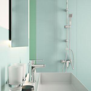 Propozycja nr 2: aranżacja łazienki w pastelowych kolorach, ocieplona drewnem. Na zdjęciu bateria natryskowa ścienna Algeo Square z deszczownią. Fot. Ferro