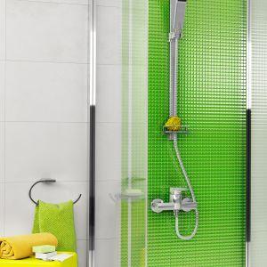 Propozycja nr 1: aranżacja łazienki z wyrazistą zielenią i żółtymi akcentami. Na zdjęciu natrysk przesuwny 1-funkcyjny Quadro N110, wieszak Metalia 9, mydelniczka Novattore Metalia 9. Fot. Ferro
