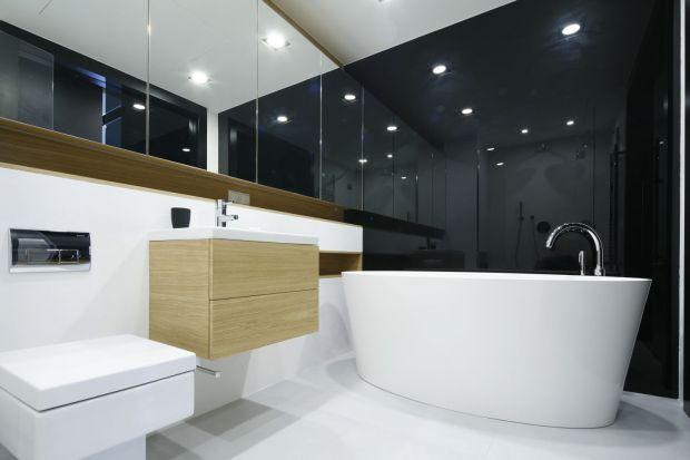Prostym sposobem na wizualne powiększenie łazienki i dodanie jej lekkości są lakierowane na wysoki połysk fronty czy błyszcząceokładziny na ścianach.