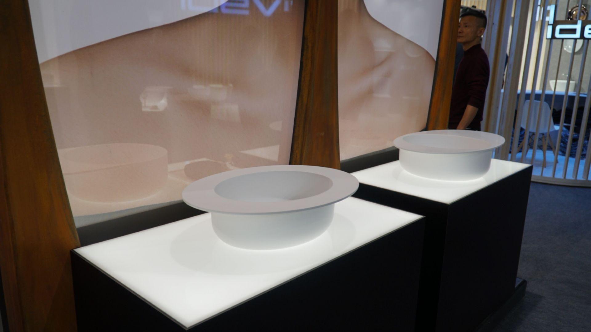 Trendy z ISH. Umywalki niczym kapelusze marki Idevit. Fot. Anna Sołomiewicz