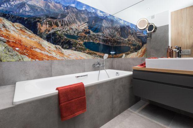 Ścianę nad wanną można wykończyć w ciekawy sposób, który urozmaici aranżację łazienki. Zobaczcie jaki!