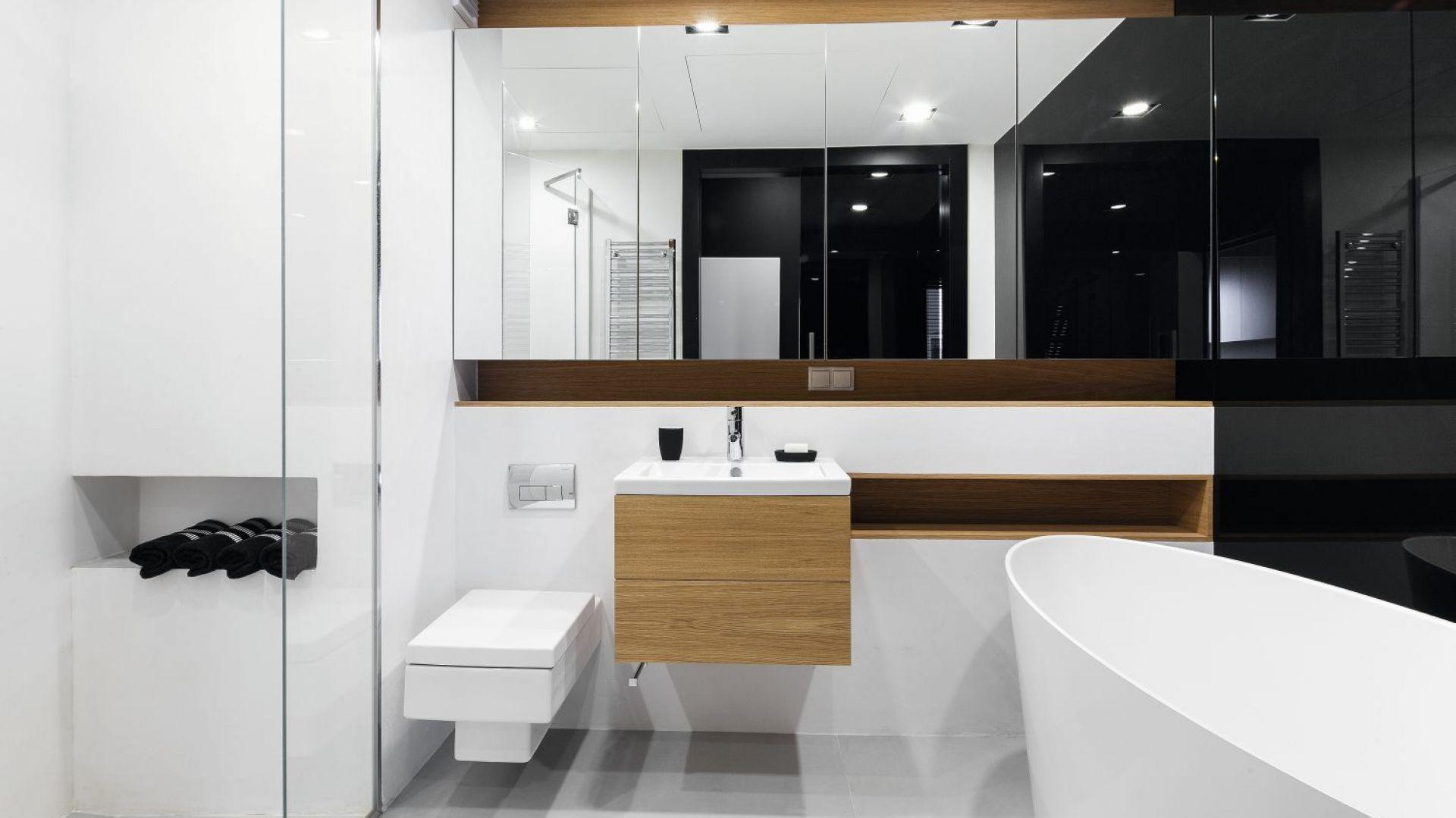 Pomysł na podłogę w łazience. Proj. Monika i Adam Bronikowscy. Fot. Bartosz Jarosz
