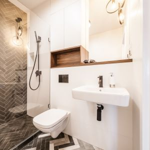 Pomysł na podłogę w łazience. Proj. Pracownia KODO. Fot. Materiały prasowe Pracowni KODO