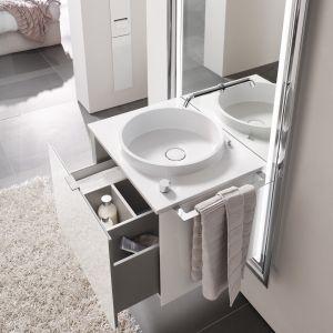 Zintegrowany w jedną całość koncept umywalkowo-meblowy Emco Touch to lustro, oświetlenie i umywalka z szafką w jednym; z czujnikiem dotykowym na blacie regulującym barwę zintegrowanego oświetlenia. Fot. Emco