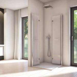 Kabina narożna z serii Solino marki SanSwiss ze składanymi drzwiczkami pozwalającymi zaoszczędzić miejsce w łazience. Fot. SanSwiss