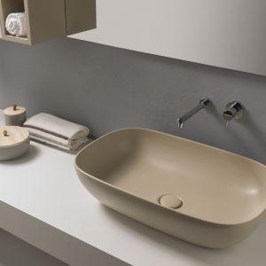Kolorowa umywalka T-Edge w wykończnieu Bagno di Colore marki Globo. Fot. Globo