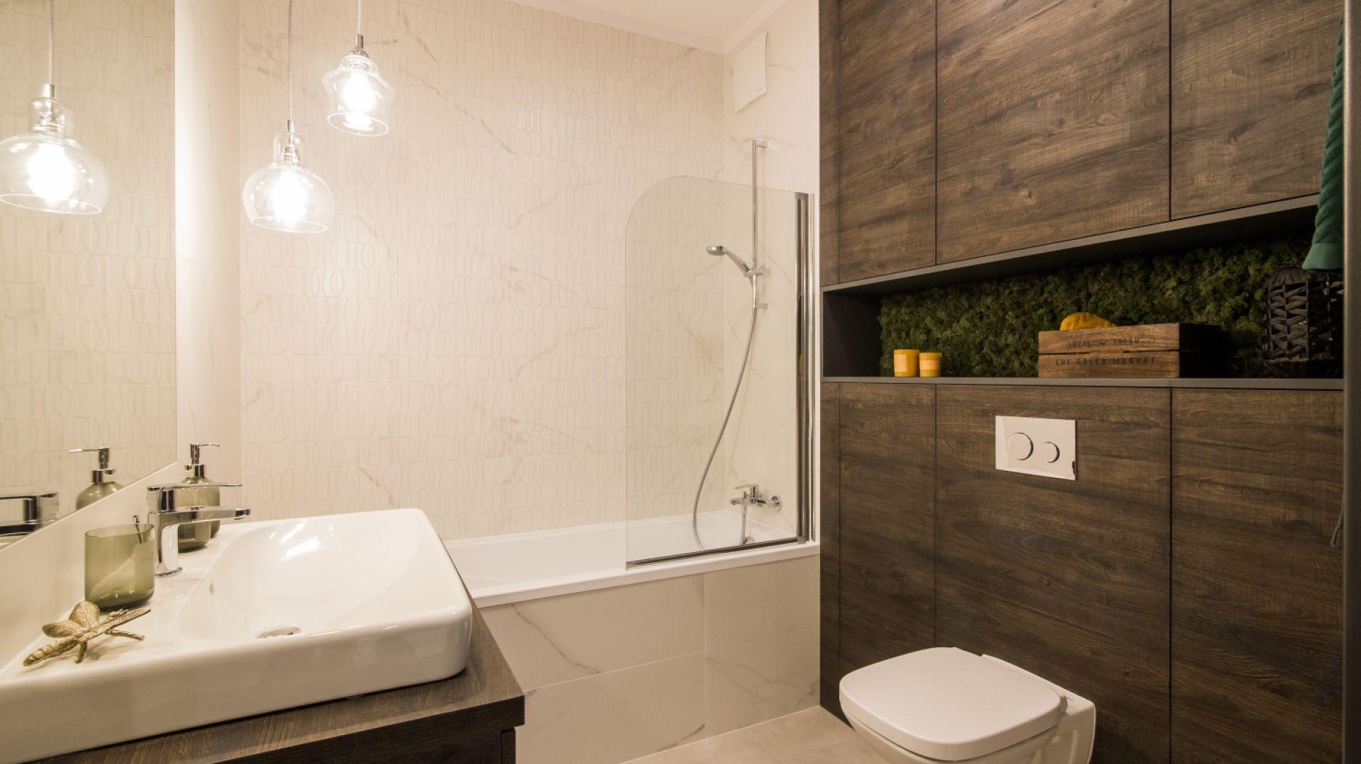 Motywy drewna w łazience. Proj. Pracownia KODO
