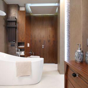 Motywy drewna w łazience. Proj. Laura Sulzik. Fot. Bartosz Jarosz