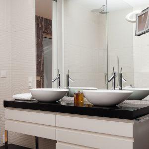 Aranżacja łazienki z płytkami ceramicznymi z fakturą 3D na ścianach. Proj. Justyna Smolec. Fot. Bartosz Jarosz