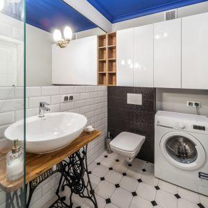 Aranżacja łazienki z płytkami ceramicznymi jak stare kafle na ścianie w łazience. Proj. Pracownia KODO