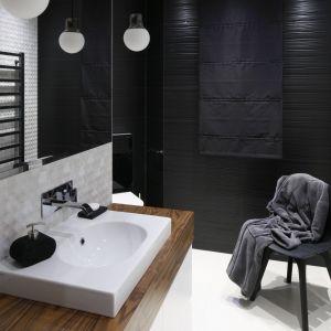 Aranżacja łazienki z płytkami ceramicznymi z fakturą 3D na ścianach. Proj. Jan Sikora. Fot. Bartosz Jarosz
