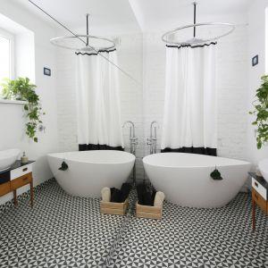 Aranżacja łazienki z płytkami ceramicznymi o klasycznym wzorze na podłodze. Proj. Ewa Pik. Fot. Bartosz Jarosz