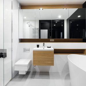 Pomysł na lustro w łazience. Proj. Adam i Monika Bronikowscy. Fot. Bartosz Jarosz