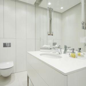 Sposób na małą łazienkę: jasne kolory, duże lustro, pojemne schowki. Proj. Katarzyna Uszok. Fot. Bartosz Jarosz