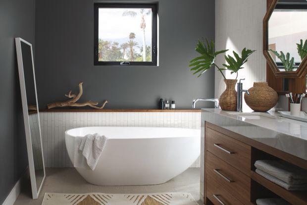 Łazienkę coraz częściej traktujemy jak domową oazę relaksu. Chcąc stworzyć w niej przyjemną atmosferę warto rozważyć wykończenie ścian farbą, która nada łazience salonowy charakter.