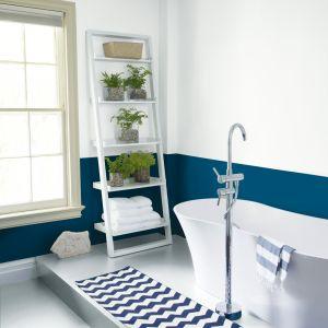 Ściany w łazience pomalowane farbą. Fot. Benjamin Moore
