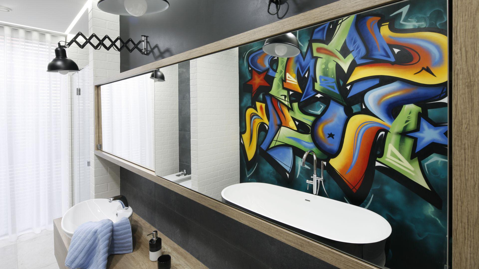 Pomysł na ścianę w łazience: prawdziwe graffiti. Proj. Dariusz Grabowski. Fot. Bartosz Jarosz